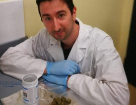 Marco Ternelli al lavoro in farmacia